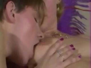 Две лесбиянки трахаются с помощью страпона в душевой комнате дома