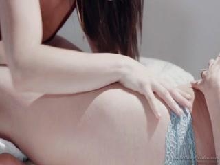 Мама учит дочь сосать член и занимается сексом втроем дома на диване