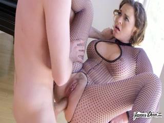 Порно видео с женщиной и мужчиной на диване дома - анал