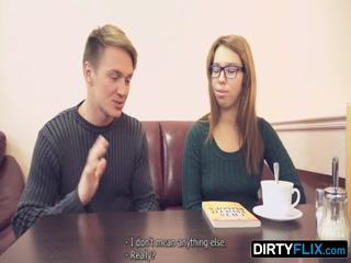 Русская девушка трахается с парнем за деньги прямо у него дома!