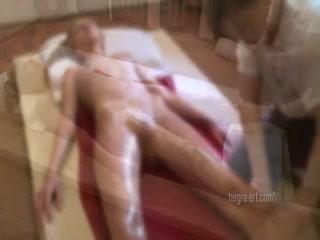 Молодая голая девушка показала пизду клиенту на сеансе массажа в порно видео онлайн