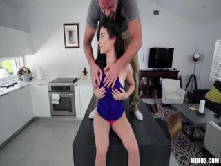 Молодая жена сосет у мужа на кухне