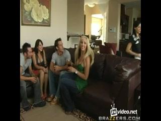Секс втроем с двумя красивыми девушками и парнем на диване дома - смотреть онлайн бесплатно