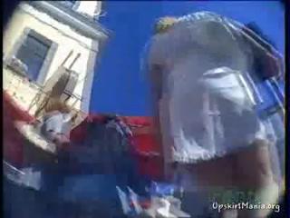 Парень снимает девушку с короткой юбкой и большими сиськами - порно видео h