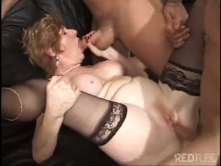 Сексуальная блондинка сосет и трахается с толпой мужчин на диване дома - порно видео онлайн